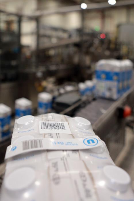 Pack de lait étiqueté code-barres du numéro d'OF