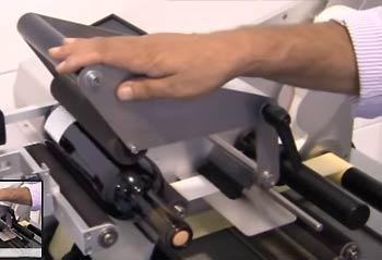 Eti-Junior - étape 4 du fonctionnement : rotation des rouleaux et dépose de l'étiquette
